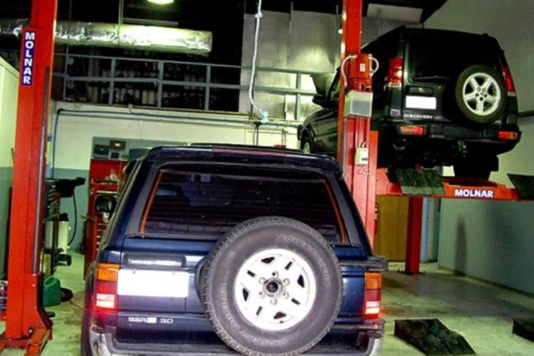 4x4_vehicle_on_hoist.jpg