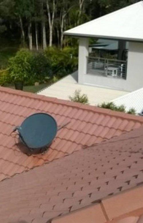 https://luminousau.s3.amazonaws.com/uploads/website_image/account/289/vertical_Concrete_Roof_Tiles_Mould_Removal_Sunshine_Coast_QLD.jpg